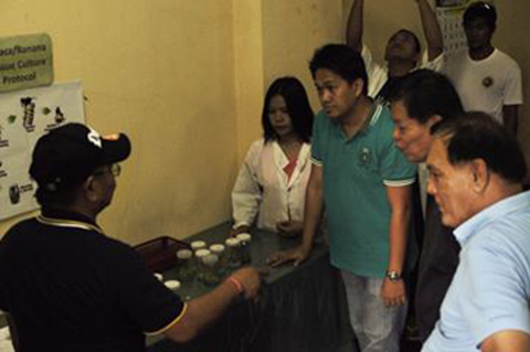 Sec. Piñol engages technicians at the WMSU Tissue Laboratory