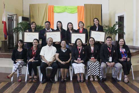 SC Regional Director Atty. Macybel Alfaro Sahi (4th from left), WMSU Prexy Dr. Milabel Enriquez Ho, other WMSU officials with the WMSU Human Resource Management Officers posed for a photo op after the awarding ceremony.