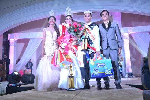 Newly crowned Mr. and Ms. WMSU 2016 Mr. Carl Louis Arañas and Ms. Hasmine Emanel with Mr. and Ms. WMSU 2015 Mr. Abdel Alhamm Ismael (extreme right) and Ms. Jessa Tuquib (extreme left)