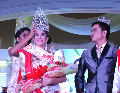 Ms. WMSU 2015 Jessa Tuquib crowns Ms. Hasmine Emanel of ESU-Ipil as this year's Ms. WMSU. and Ms. Emanel was also awarded as Ms. Talent, Best in School Uniform and Ms. Smart.